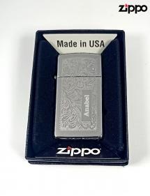 Zippo premium plateado grabado.