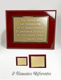 placa de homenaje dorada.